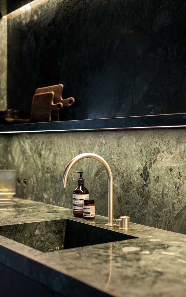 Para dá um toque mais clássico e luxuoso, você pode escolher acessórios dourados para combinar com o granito verde ubatuba.