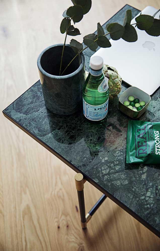 Você pode escolher uma mesa em granito verde ubatuba para colocar em qualquer lugar da casa.