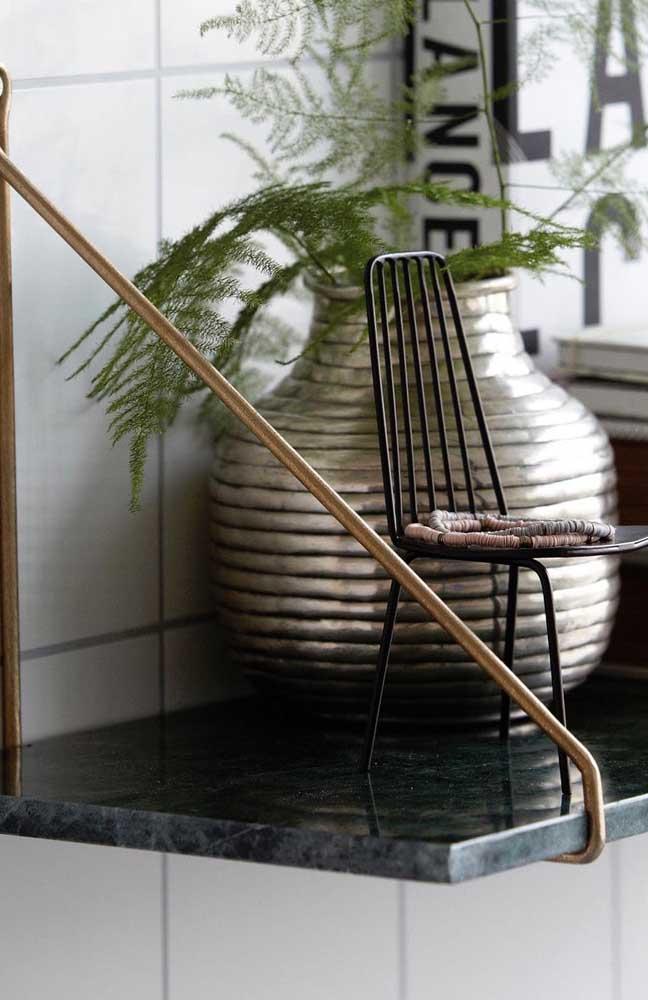 O granito verde ubatuba pode servir de aparador para colocar seus vasos com plantas.