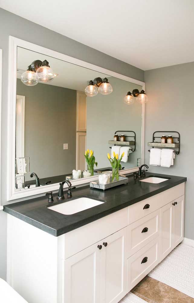 Veja o estilo mais clássico desse banheiro que combina perfeitamente com o granito verde ubatuba.