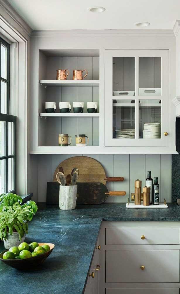 Além da pia, você pode colocar o granito verde ubatuba em toda bancada da cozinha.