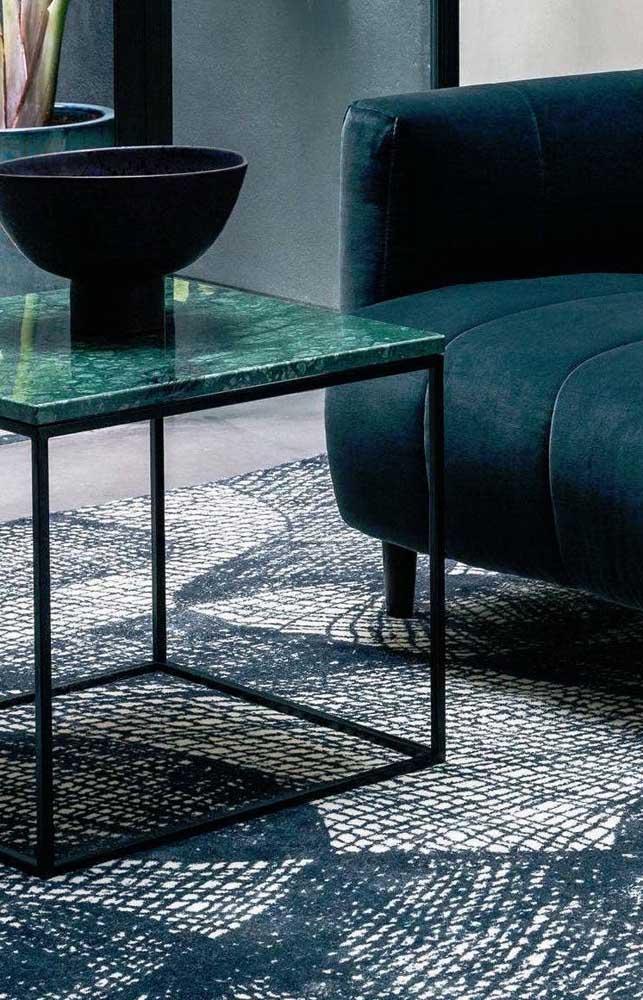 Na mesinha de centro da sala, o granito verde ubatuba deixa o ambiente mais charmoso.