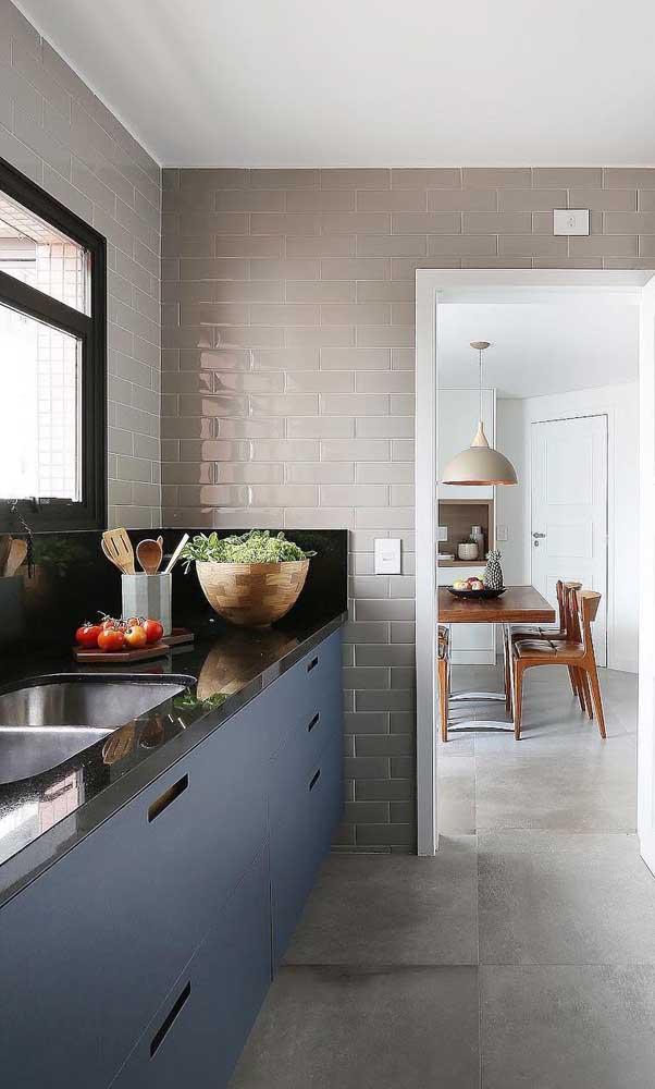 Não é porque a cozinha é simples que você não pode usar o granito verde ubatuba.