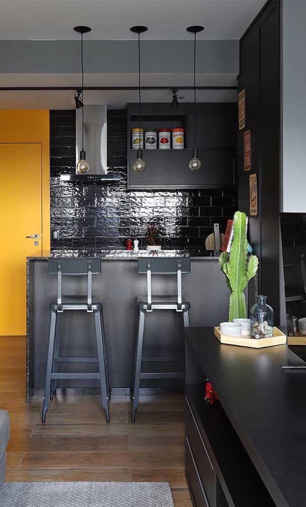Quer fazer uma decoração mais moderna? Combine o granito verde ubatuba com móveis e paredes escuras.