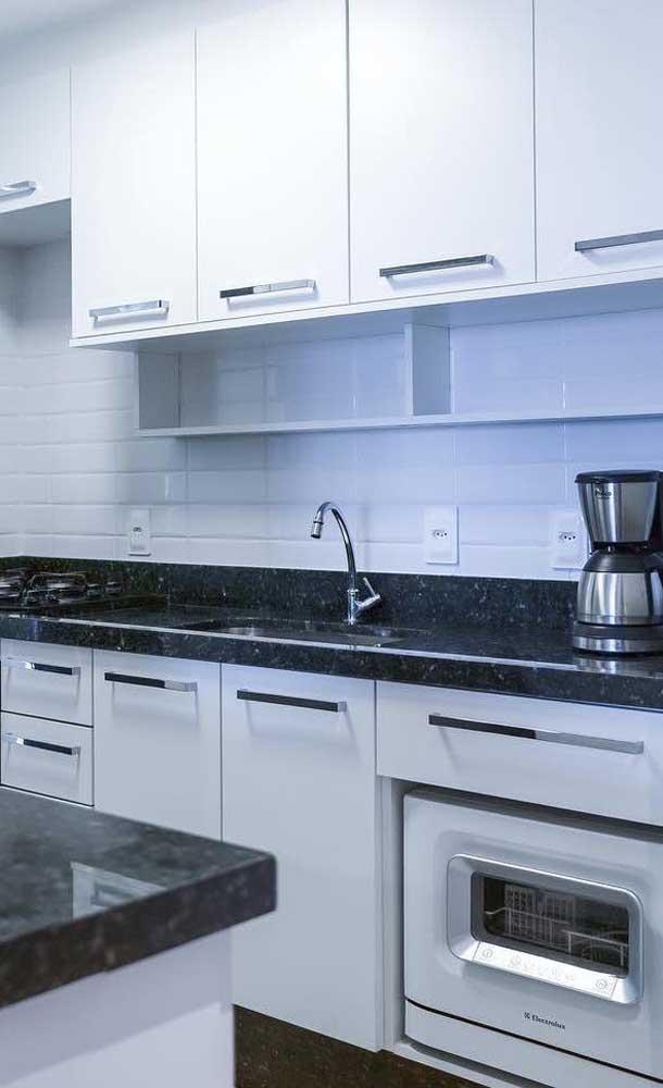 Olha como fica linda a cozinha com móveis branco e granito verde ubatuba.