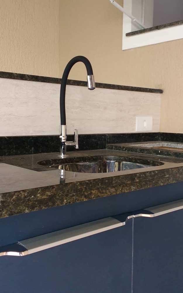 Ao escolher o granito verde ubatuba, se atente aos detalhes dos acessórios para combinar com a decoração.