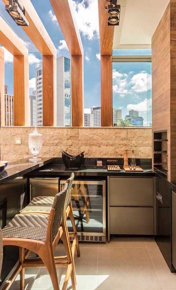 Você pode combinar a bancada de granito verde ubatuba com móveis modernos e decoração rústica.