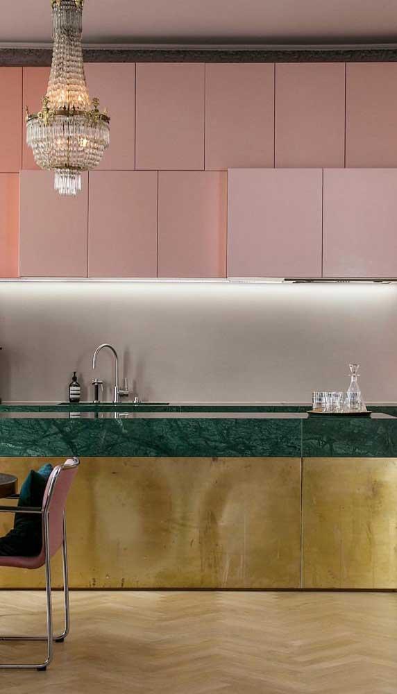 Quer deixar sua cozinha mais luxuosa? Aposte no granito verde ubatuba e elementos dourados.