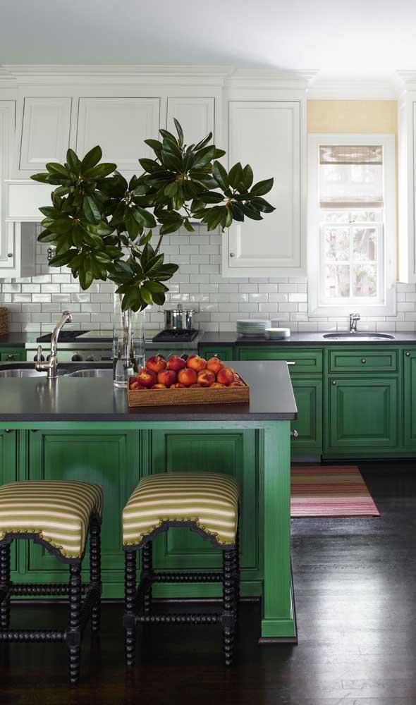 Se colocar granito verde na pia da cozinha, aproveite para fazer a bancada com o mesmo material.
