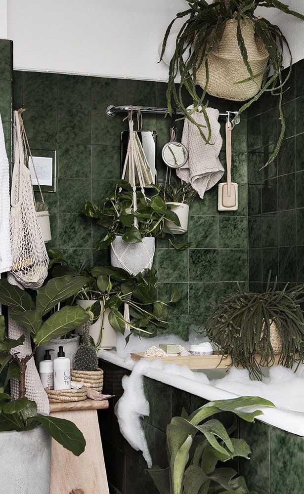 Olha como esse banheiro mais parece uma floresta com o granito verde ubatuba.