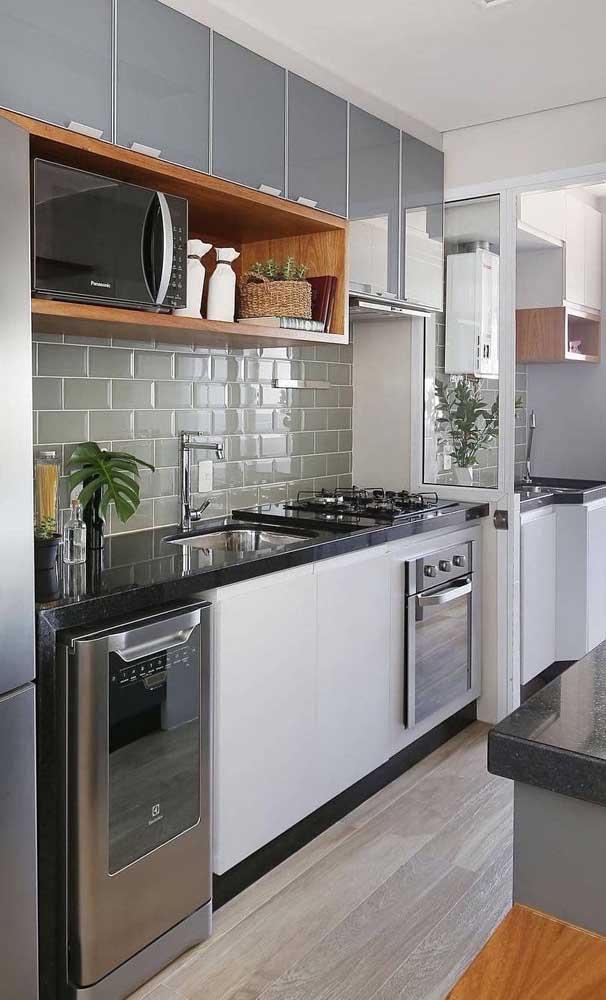 Mais uma opção de cozinha com a pia de granito verde ubatuba.