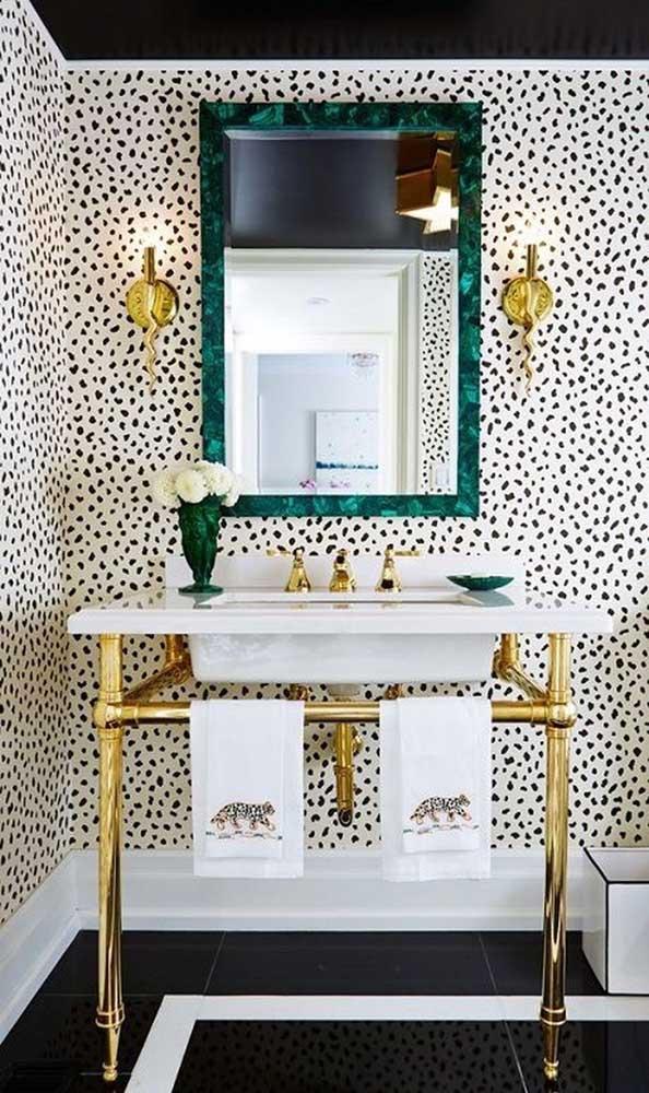 Você pode usar o granito verde ubatuba de uma forma completamente diferente: na moldura do espelho.