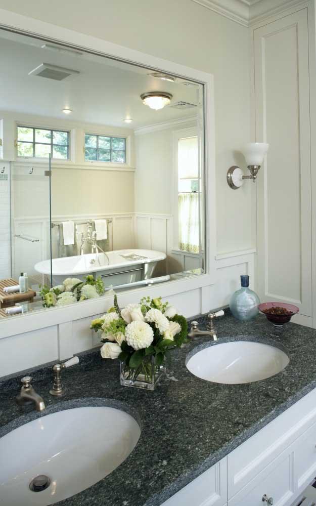 O clássico granito verde ubatuba é perfeito para a pia do banheiro.
