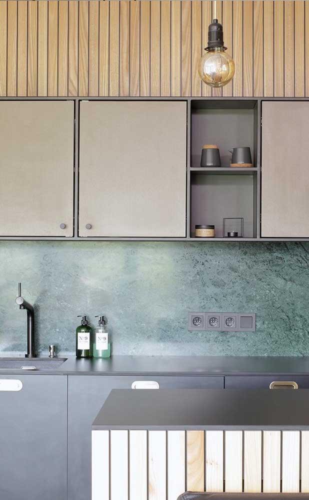 Cores mais suaves combinando com o granito verde deixam o ambiente mais discreto.