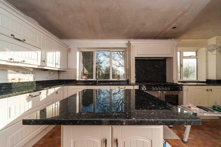 Que tal colocar o granito verde ubatuba em cada cantinho da cozinha?