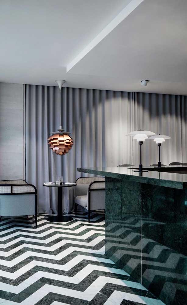 Que combinação perfeita de piso, teto, móveis e bancada com granito verde ubatuba.