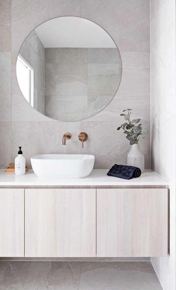 A cuba branca deixa o banheiro com a sensação de ambiente limpo e elegante.
