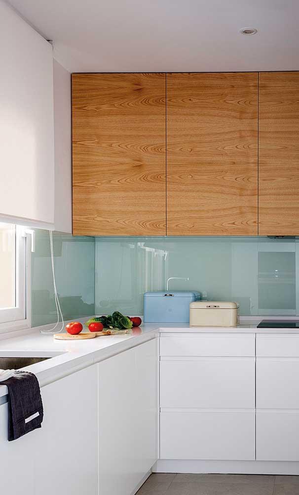 Escolha uma bancada branca para combinar com os móveis da cozinha.