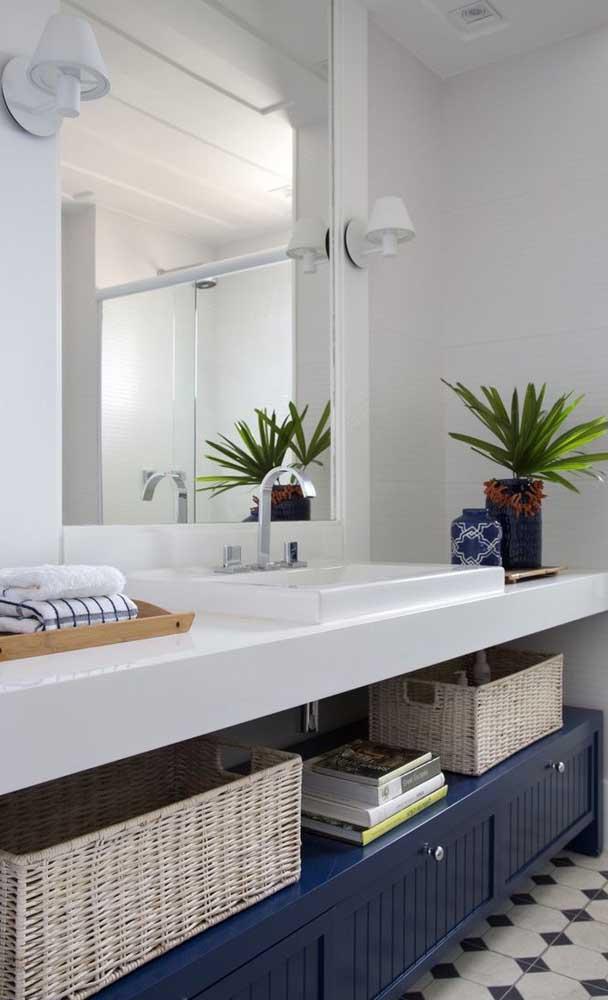 Na parte debaixo da bancada de nanoglass você pode organizar os itens do banheiro.