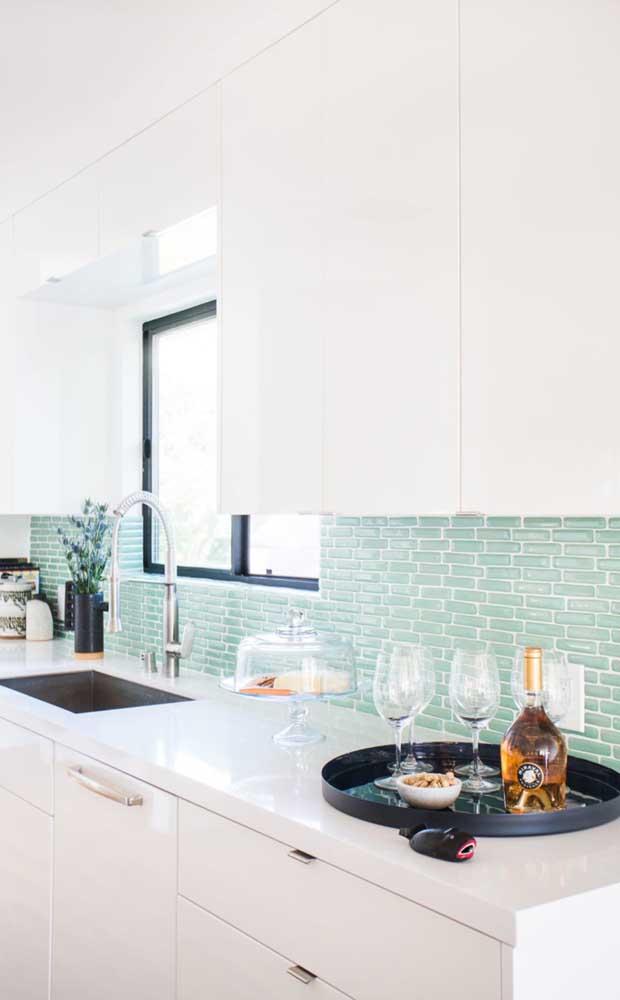 Que combinação de cores mais perfeita para uma cozinha brilhante e limpa.