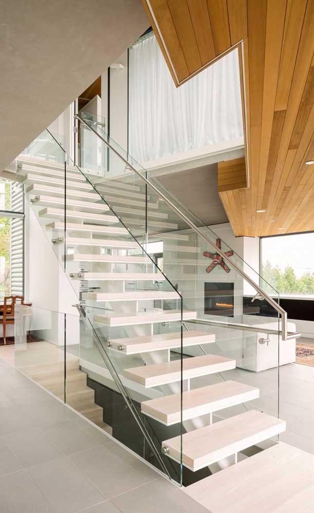 A escada feita com nanoglass fica ainda mais elegante e requintada quando decorada com metal e vidro.