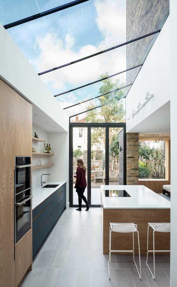 Com um teto de vidro e um piso de porcelanato, nada melhor do que fazer a bancada com nanoglass.