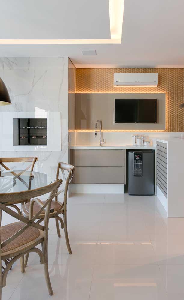 Aqui você percebe a aplicação do nanoglass tanto no piso quanto em bancadas e detalhes da cozinha.