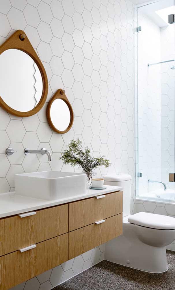 Nesse banheiro, a bancada da pia, a cuba e o vaso sanitário foram feitos com nanoglass.