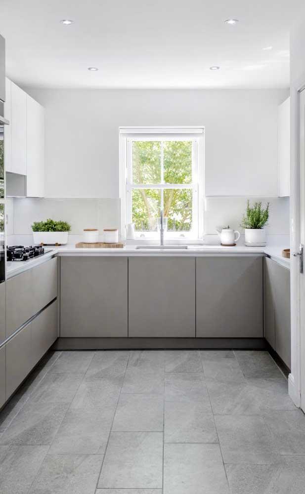 Escolha cores mais neutras na hora de decorar a sua cozinha.
