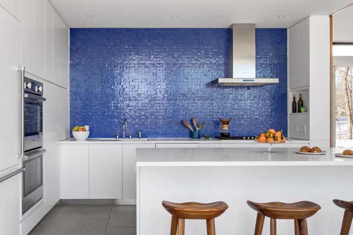 Que tal fazer uma parede azul para combinar com móveis branco e nanoglass?