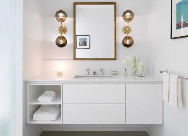 Capriche na iluminação para deixar o banheiro com um ar sofisticado e elegante.