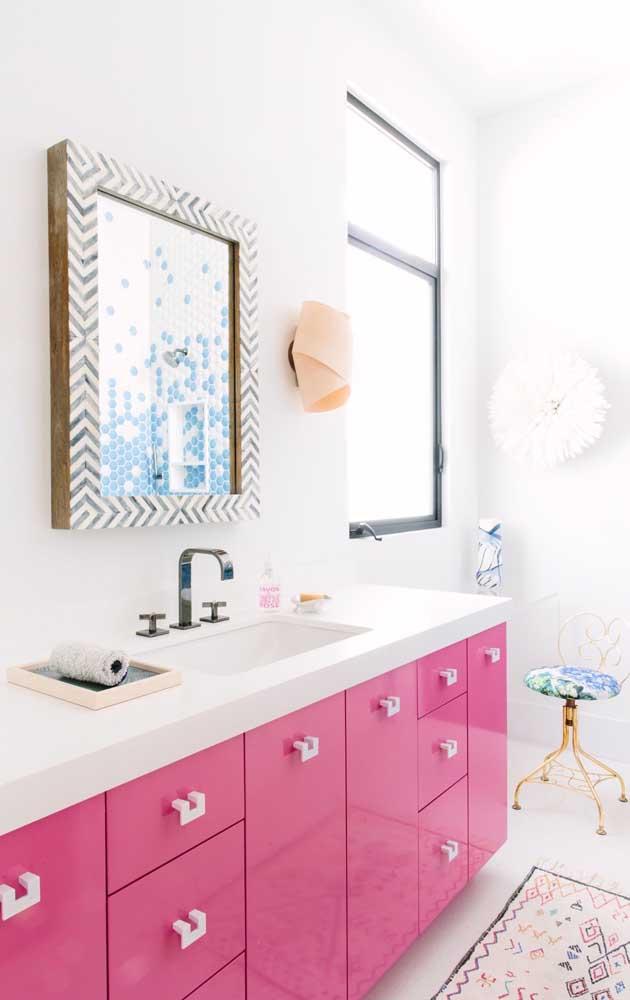 Olha que combinação mais feminina com o nanoglass branco e o armário rosa.