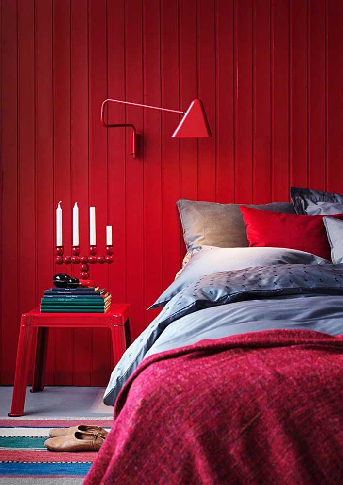 Que tal pintar toda a parede do quarto com a cor vermelha?