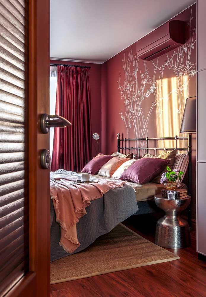 Olha o luxo que ficou esse quarto com a cor vermelha contrastando com as cores dos elementos.