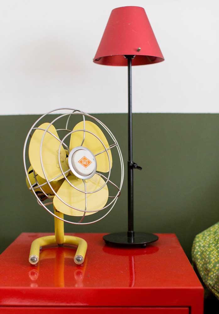Que tal escolher móveis vermelhos e itens decorativos coloridos para compor a decoração do quarto?