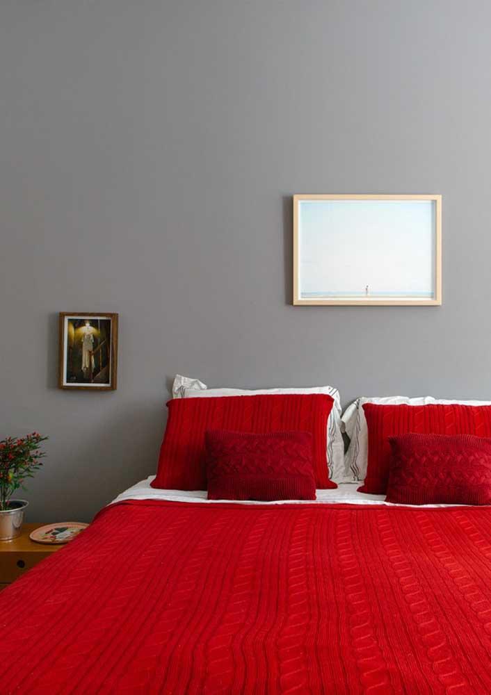 O que acha de apostar no quarto vermelho e cinza para fazer um ambiente mais moderno?