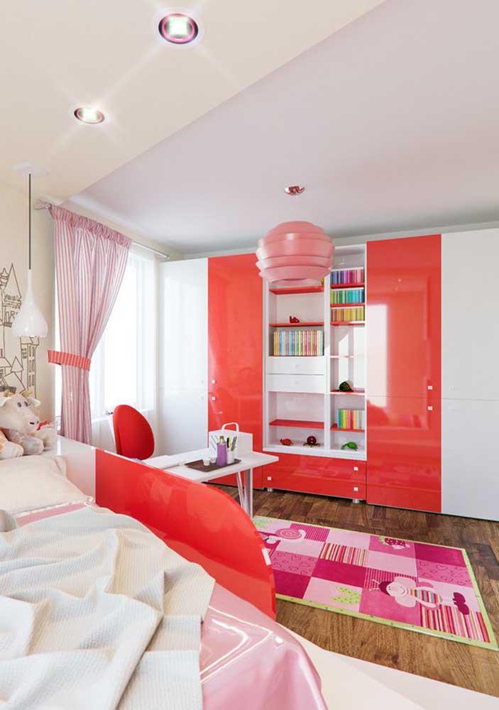Por que não fazer uma decoração vermelha e rosa para o quarto infantil feminino?