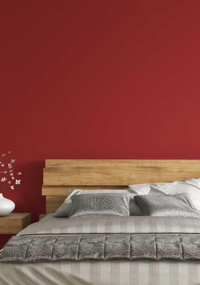 Como a parede do quarto fica linda quando pintada na cor vermelha.