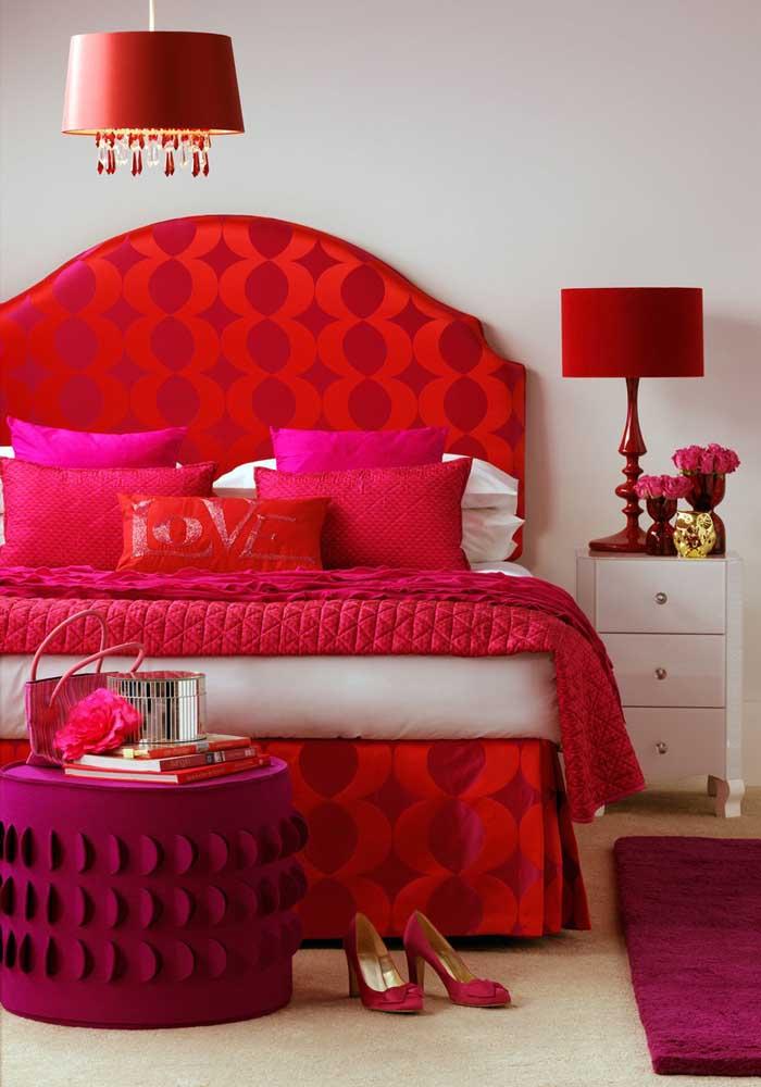 Dá para combinar perfeitamente a cor vermelha com a rosa na decoração do quarto.