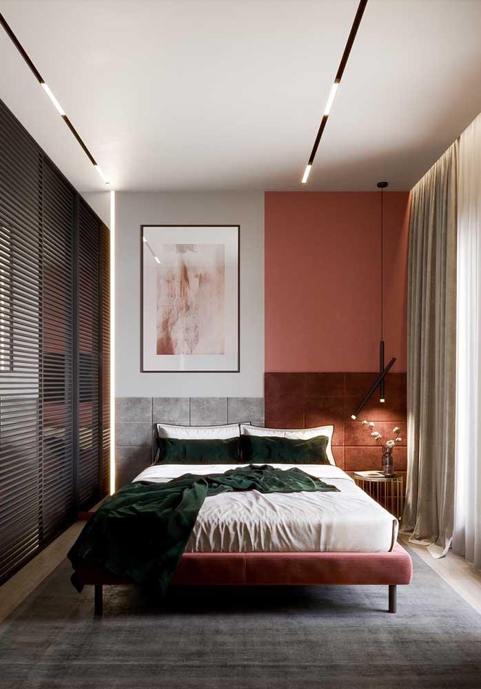 Veja esse quarto vermelho e branco com uma cor em cada parede.