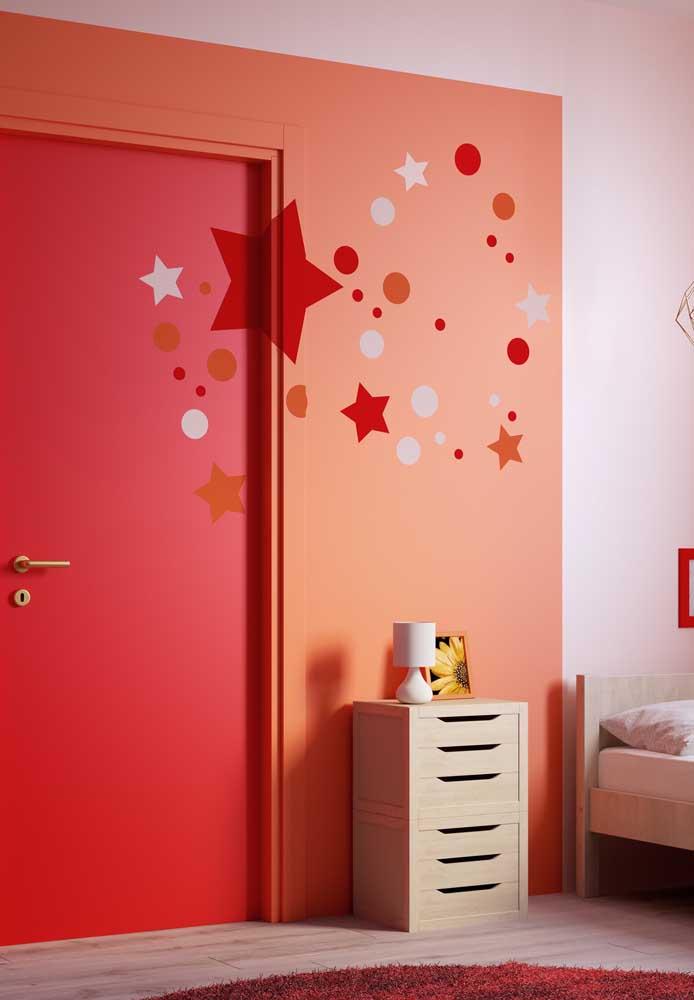 Você pode colocar alguns adesivos na parede para destacar ainda mais o quarto vermelho.