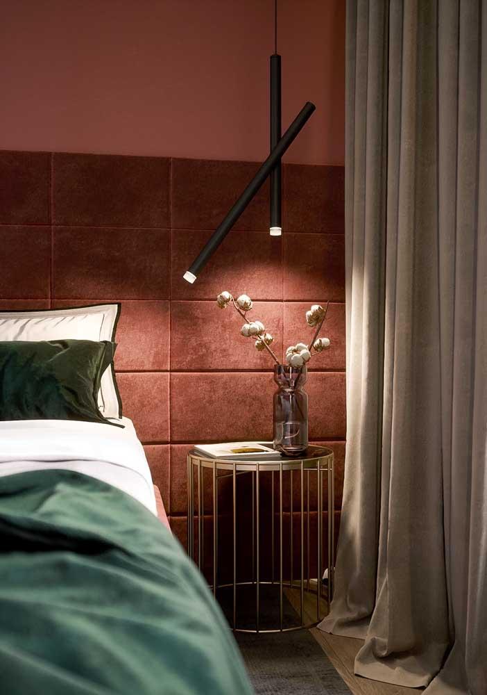 Use e abuse de itens decorativos diferenciados na decoração do quarto vermelho.
