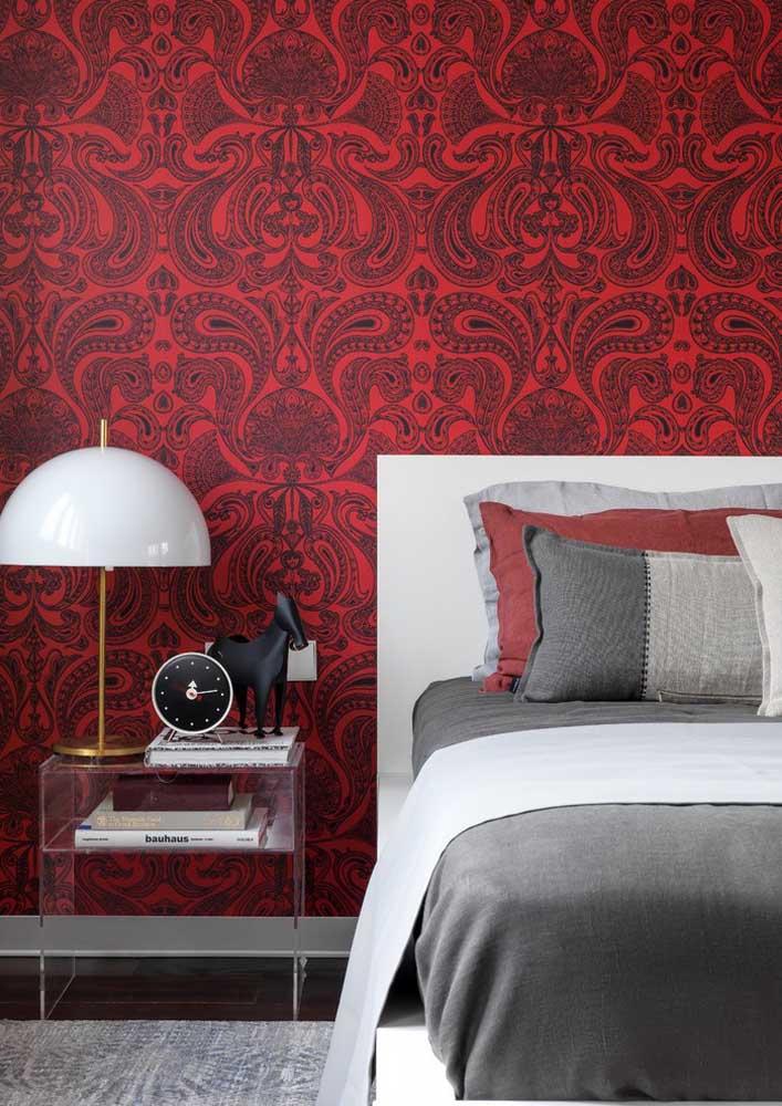 Que papel de parede mais luxuoso para compor o cenário do quarto vermelho e cinza.