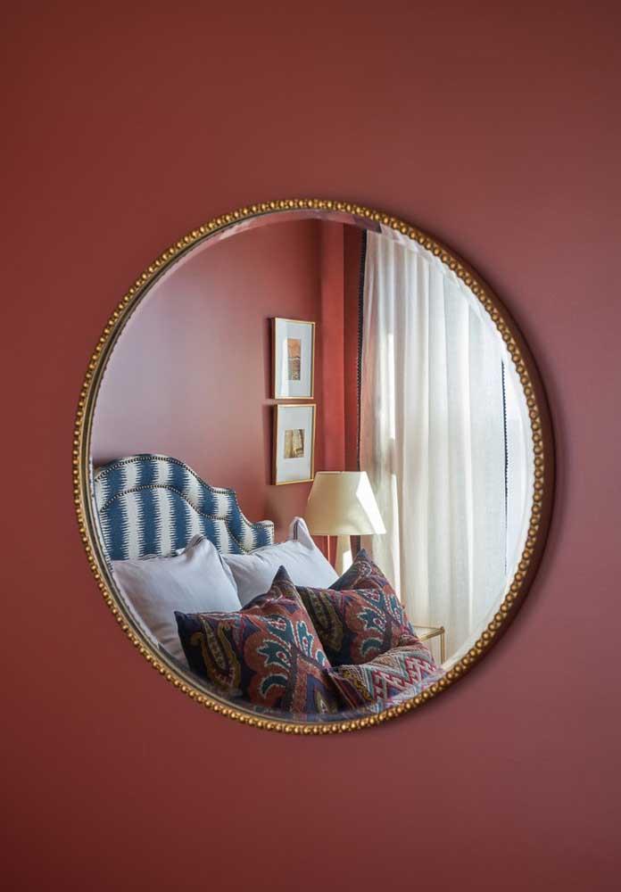 Perceba como um lindo objeto decorativo pode fazer toda a diferença em uma parede vermelha.
