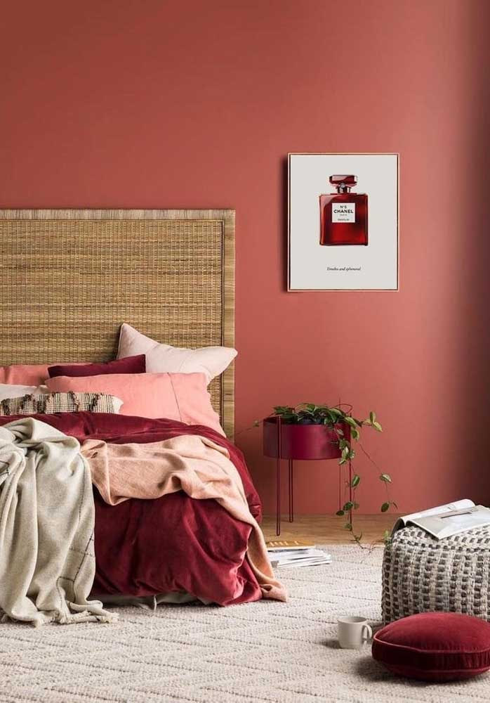 Mais uma opção de decoração de quarto vermelho e vinho para deixar o ambiente mais requintado.