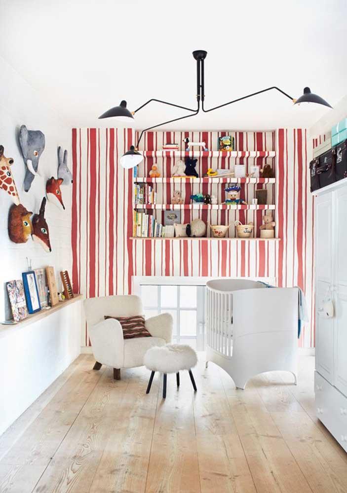Quarto vermelho e branco para bebê é bem possível, sabendo escolher os móveis do ambiente.