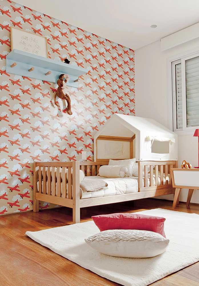 O que acha de escolher um papel de parede fofo para o quarto infantil?