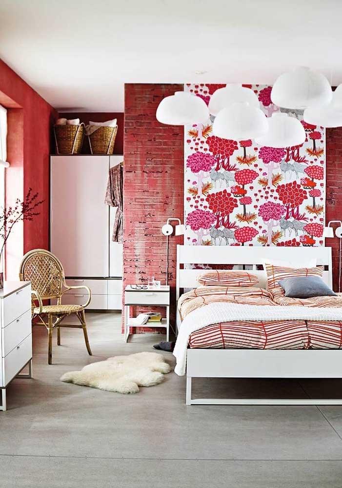 A parede do quarto pode ser feita de tijolo vermelho e por cima você ainda pode colocar um papel de parede fofo.