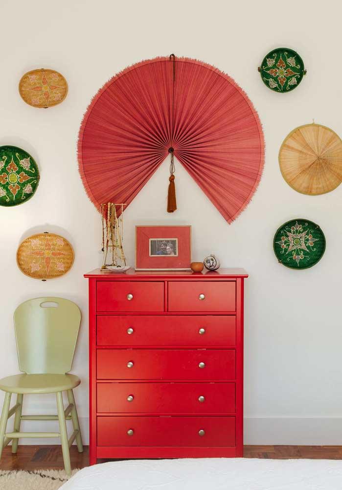 Se não quiser ousar na decoração do quarto, pode escolher apenas um móvel na cor vermelha.