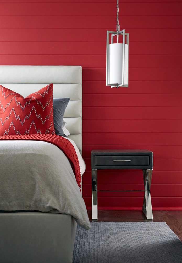 Escolha um revestimento diferente e pinte de vermelho para deixar o quarto com a sua cara.